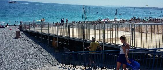 Adaptabilité à toute sorte de terrain : Installation sur sable pour accès public et PMR.