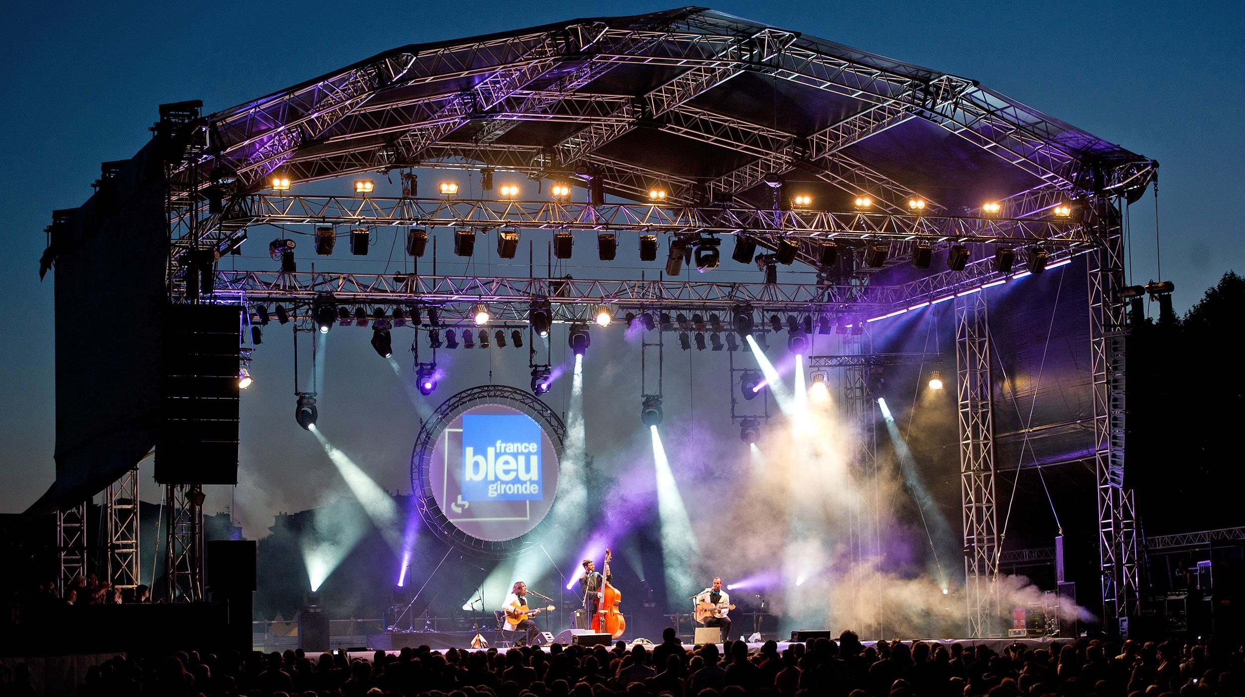 Toutes les scènes BRIO peuvent être équipées d'un gril technique couvert ou non, de la plus petite à la plus grande et pour tout type de manifestation : concert, festival, théâtre aménagement de salle de spectacle…