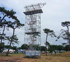 Structure multidirectionnel en acier galvanisé combiné  avec escaliers en aluminium.