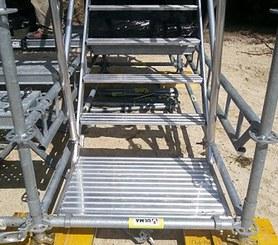 Escaliers d'accès public conforme aux normes.