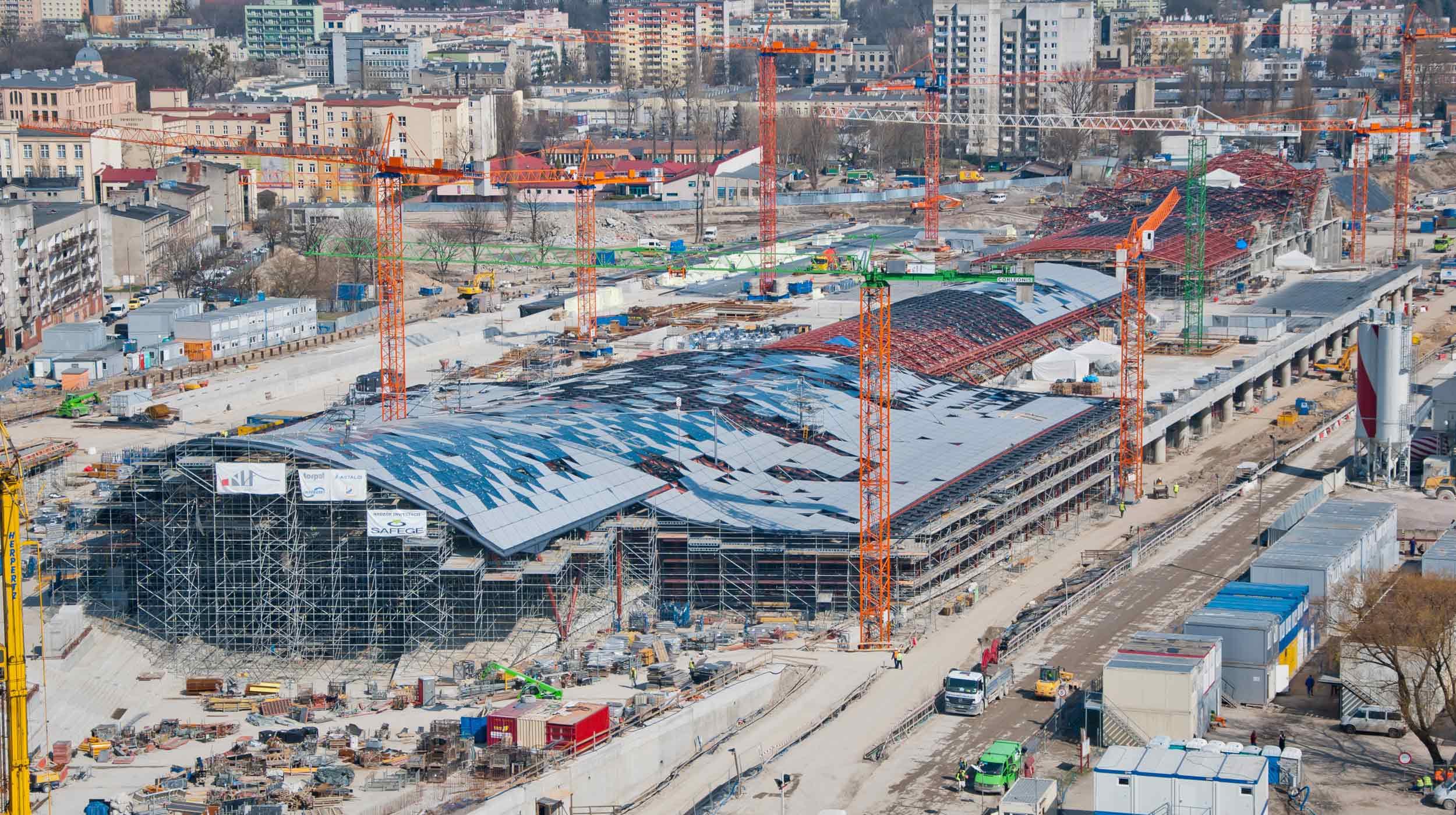 La mise en place de projets de telles dimensions requiert le déploiement d'une grande capacité logistique similaire à celle dont ULMA Construction disposons dans la région.