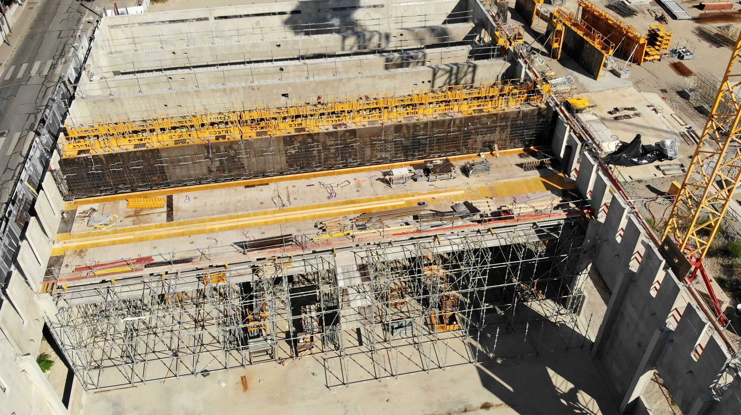 Pour la construction d'un gymnase, ULMA Construction a répondu présent pour la fourniture d'une solution adaptée pour le coulage de voiles grandes hauteur ainsi que l'étaiement et le platelage.