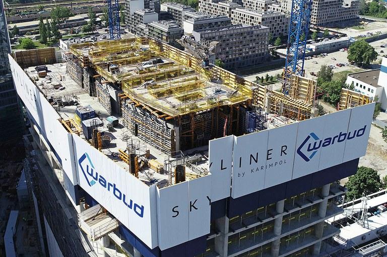 Skyliner, la nouvelle tour qui illumine la nuit de Varsovie